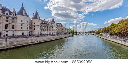Paris, France - September 15, 2018: Panoramic Of La Conciergerie And Seine River With Pont Neuf In B