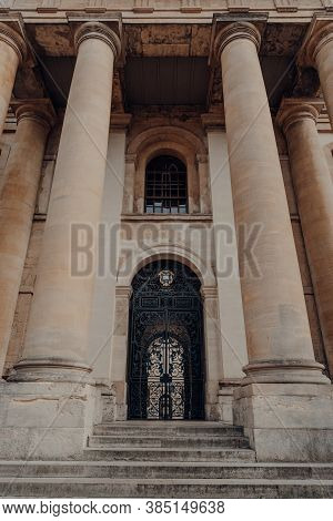 Oxford, Uk - August 04, 2020: Low Angle View Of The Entrance To The Clarendon Building, An Early 18t