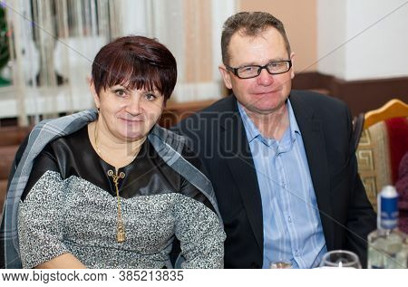 Belarus, The City Of Gomil, December 22, 2018. Ordinary Middle-aged Man And Woman Are Sitting At The