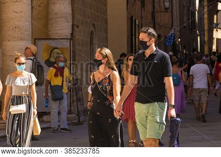 Pienza, Italy - September 6th 2020. Tourists In The Historic Piazza Pio Ii In Pienza In Tuscany, Ita