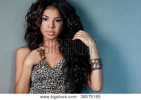 Sexy Mulattin mit langen Haaren