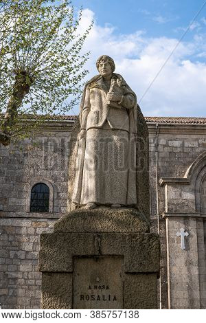Padron, Spain; September 16, 2020: Statue Of Rosalia De Castro In A Park. Padron, Galicia