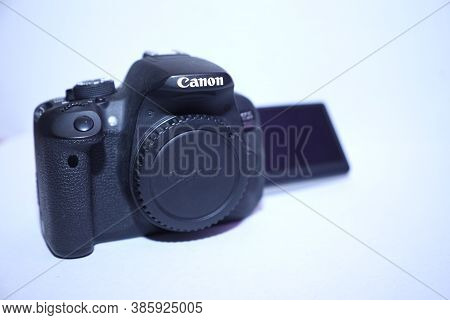 India, Mumbai 18th Sept 2020: Canon 700d Illustrative Shot Of Canon 700d On The White Background.