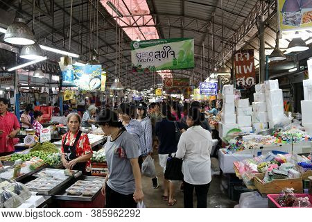 Muang, Samut Songkhram, Thailand, April 1, 2018: A Lot Of People Shopping In The Mae Klong Fresh Foo