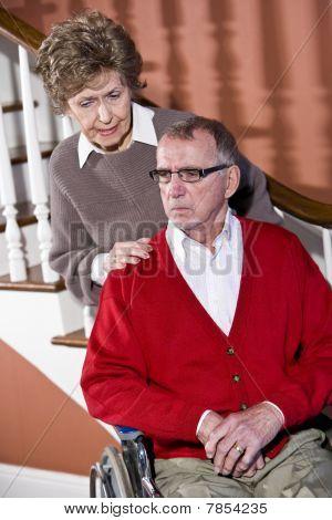 Senior Couple zu Hause, Mann im Rollstuhl