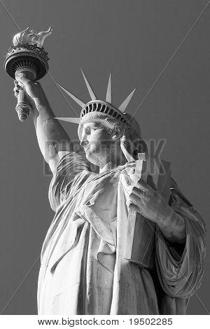 Черный & белое изображение статуи свободы