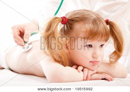kleines Mädchen in einem Krankenhaus