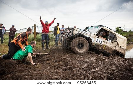 KIRILLOVKA UKRAINE - MAY 25 2016: Zaporizhia Trophy 2016. II stage of offroad trophy Ukrainian championship. Spectators and participants helping one of the car team.