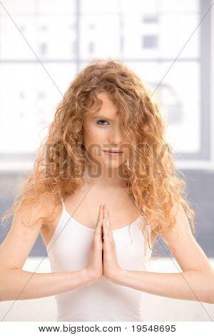 Hübsches Mädchen praktizieren Yoga, Meditation, im Gebet Pose sitzen auf Boden.?