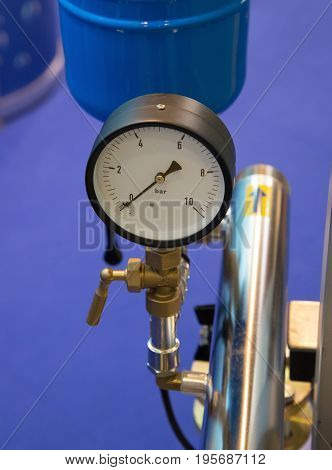 Analogue positive pressure gauge with bottom entry in use.