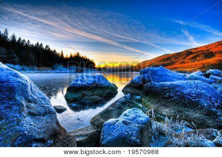 wunderschönen Seeblick mit Gebirge und Sonnenuntergang
