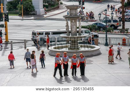 Las Vegas, Nevada - May 4, 2009: A Group Of Gondoliers Posing Against The Backdrop Of A Fountain In