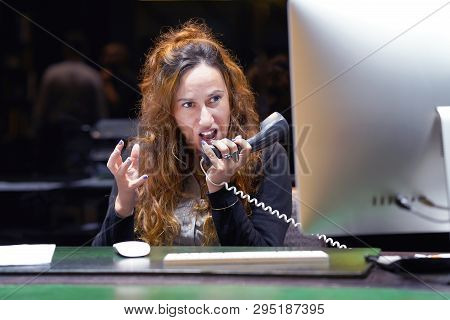 A Woman-reception Swears With The Client By Phone