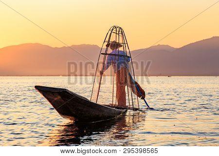 Myanmar Travel Attraction Landmark - Traditional Burmese Fisherman At Inle Lake, Myanmar Famous For