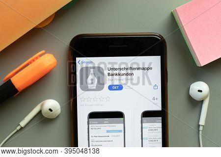 New York, United States - 7 November 2020: Unterschriftenmappe Bankkunden App Store Logo On Phone Sc