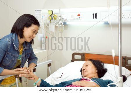Enkelin besuchen Kranken Großmutter
