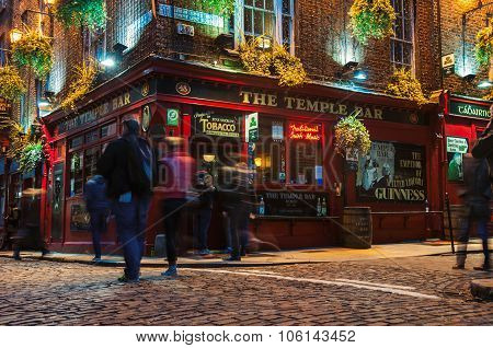 Temple bar quarter in dublin at night