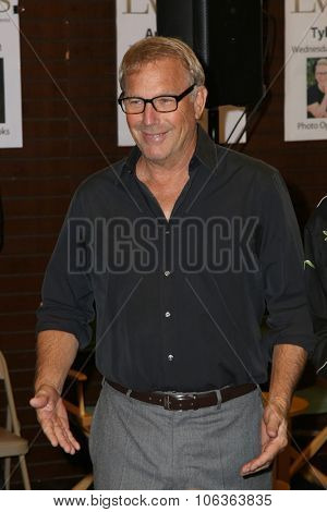 LOS ANGELES - OCT 27:  Kevin Costner at the Kevin Costner Signs