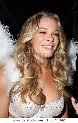 LOS ANGELES - OCT 29:  LeAnn Rimes at the Life & Style Weekly's