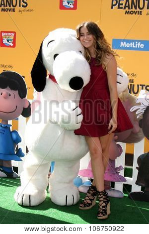 LOS ANGELES - NOV 1:  Snoopy, Sofia Reyes at the