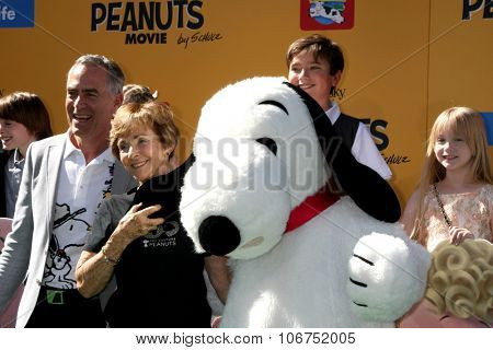 LOS ANGELES - NOV 1:  Steve Martino, Jean Schultz, Snoopy at the