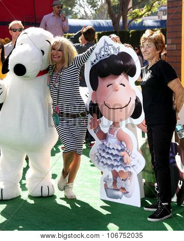 LOS ANGELES - NOV 1:  Snoopy, Betsy Johnson, Lucy, Jean Schulz at the