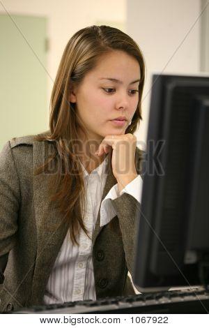 Mooie vrouw op Computer