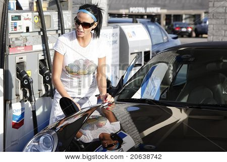 MALIBU - FEB 4: Katie Price fills up her car with gas and gets a few soft drinks for her friends on February 4, 2009 in Malibu, California.