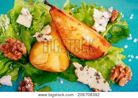 Green salad with caramelised pearswalnuts and blue cheese
