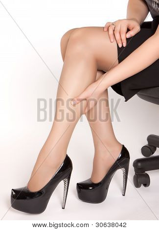 women is sitting on the chair
