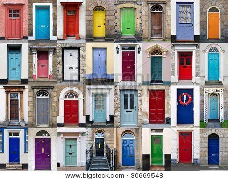 Uma colagem de fotos de 32 portas coloridas casas e casas