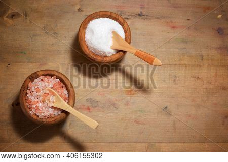 Himalayan and white salt in a bowls.