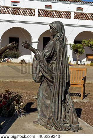 Oceanside, Ca - November 7,2016:virgin Mary Statue In Front Of The Spanish-californian Mission San L