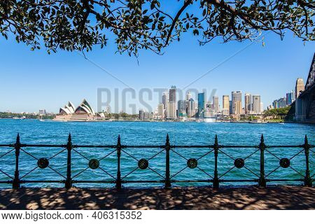 Sidney is the oldest city in Australia. The famous Sydney Harbor. The most famous Sydney Opera House in the world. Boat trip on a tourist boat along the picturesque shores of the port.