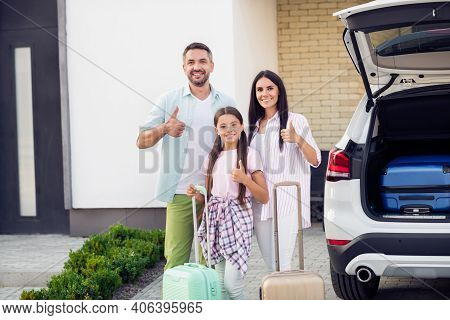 Photo Portrait Of Full Family With Little Daughter Keeping Suitcases Near The Car Smiling Together S