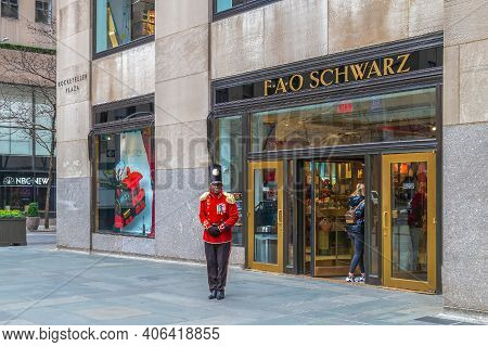 New York, Manhattan, Usa - March 6, 2020: Funny Man Dressed As A Butler In Front Of The F.a.o. Schwa