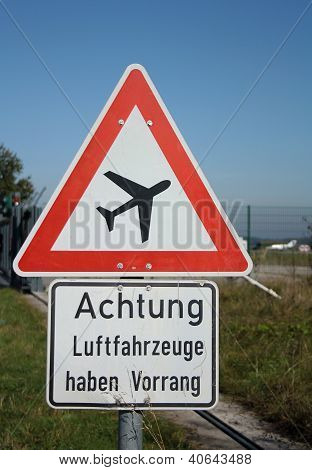 Warnung Schild Vor Flugzeuge Am Blauen Himmel