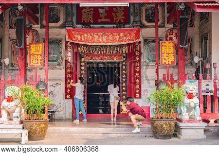 Bangkok/thailand-19 Jan 2020:unacquainted People Takeing Photos In The Rong Kuak Shrine On Talat Noi