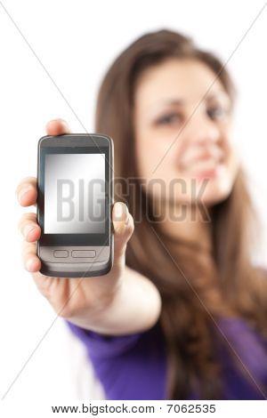 Brunette avec un téléphone portable ou Pda