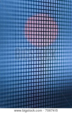 Círculo rojo luz en rejilla de cuadrados azul