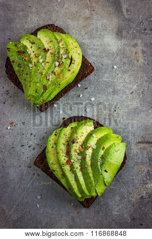 Spicy Rye Toasts With Avocado