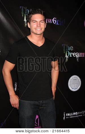 LOS ANGELES - 6 de JUL: Dave Collins chegando no Dreamworld Benefit Concert para cair pios um