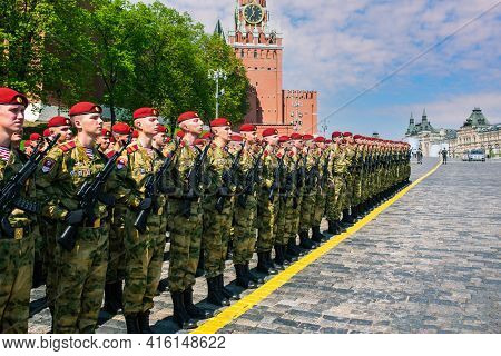 Young Armed Soldiers. Detachment Of Fighters In Red Berets And Green Uniforms On Red Square In Mosco
