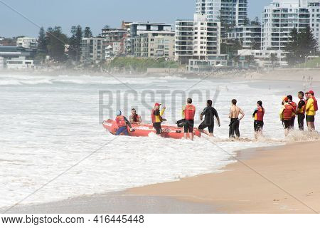 Cronulla, Australia 2020-02-15 Surf Rescue Life Savers Training In Progress. Surf Rescue Boat Surrou
