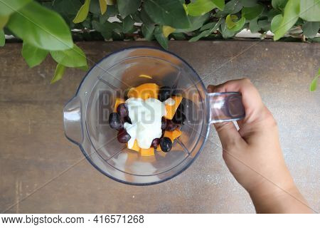Grape And Mango And Yogurt For Blend, Grape And Mango In Blender For Blend