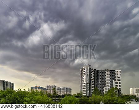 Moscow. Russia. June 10, 2020. An Ominous Stormy Sky With Clubs Of Gray Heavy Clouds Over Multi-stor