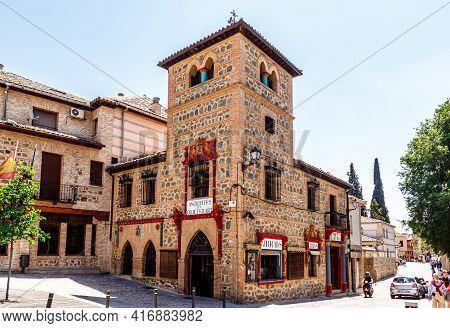 Toledo,  Castilla La Mancha, Spain - 12 May 2013: An Antique Shop In The Street Of The Catholic King