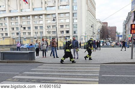 Moscow, Russia. April 14, 2019 Rescuers In Uniforms Run To The Scene Of The Incident On The City Str