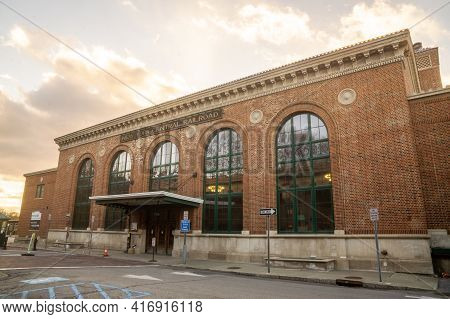 Poughkeepsie, Ny - Usa -dec. 29, 2020: A Landscape View Of The Historic Poughkeepsie Railroad Statio