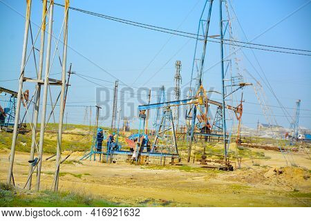Pump Drilling Rig.mining Of Oil And Gas. The Oil Price Is Increasing. Drilling Rigs For The Extracti